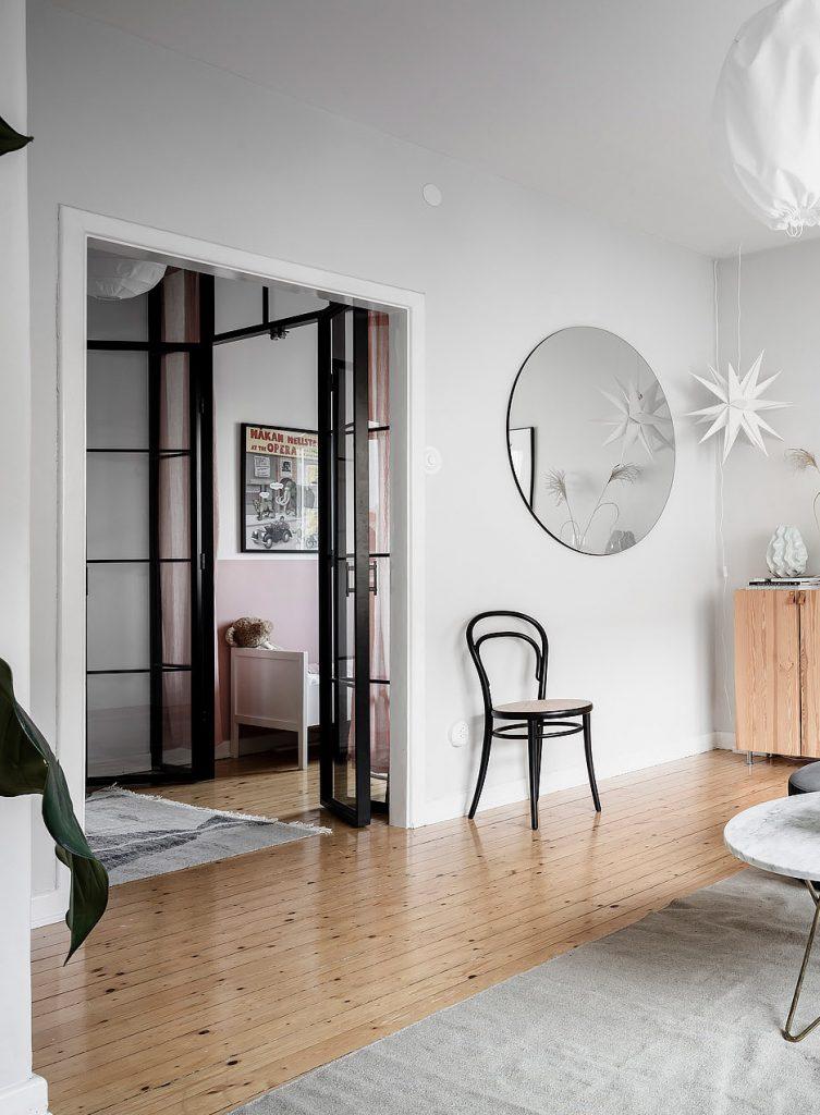 papier peint salon lumineux chaise cannage noir jeu enfant bois - blog déco - clem around the corner
