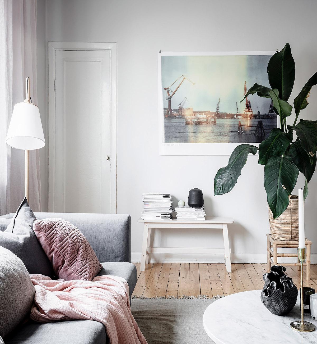 papier peint salon épuré doux cosy table basse ronde marbre - blog déco - clem around the corner