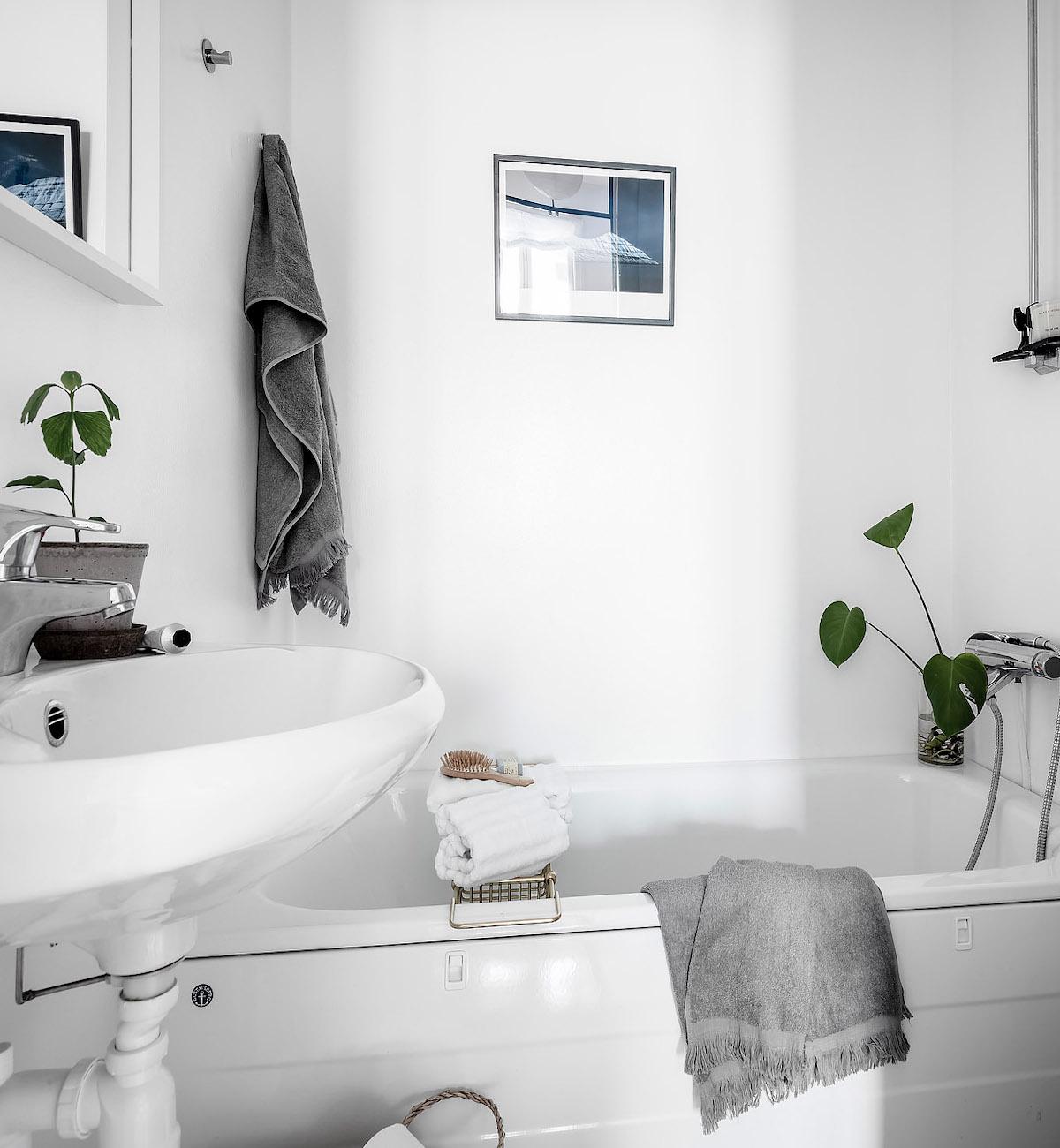 papier peint salle de bain blanche serviette grise baignoire lavabo - blog déco - clem around the corner