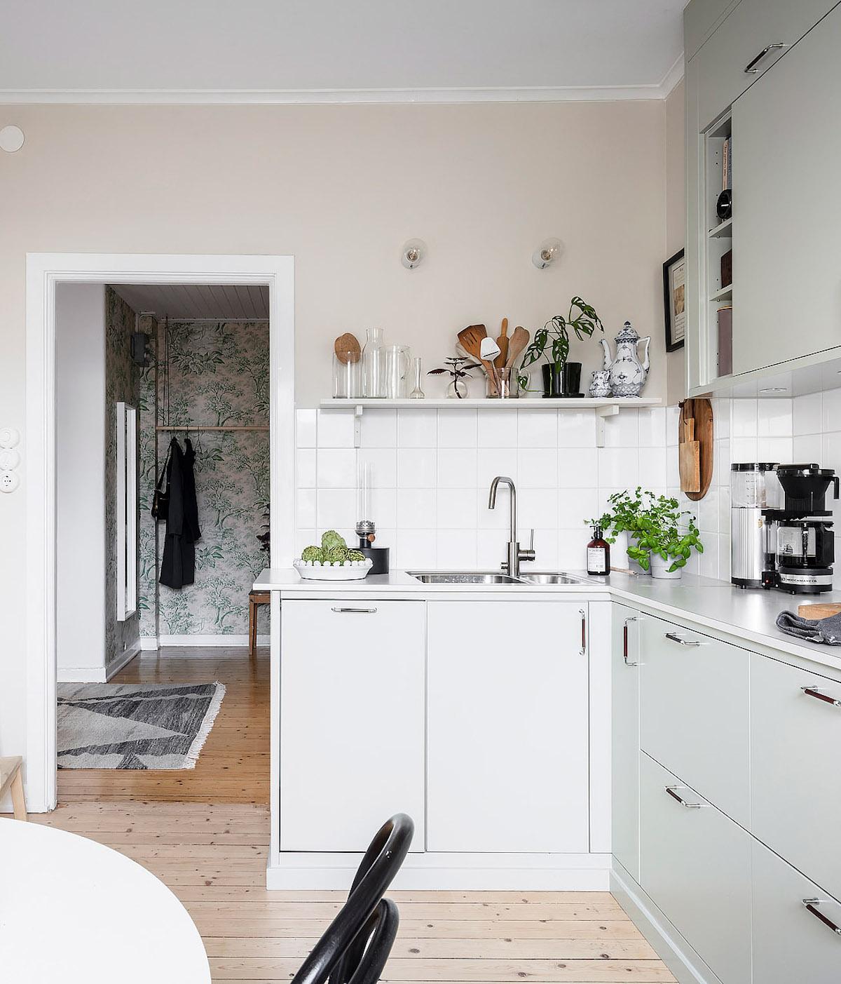 papier peint cuisine table chaise noir tabouret bois porte manteaux - blog déco - clem around the corner