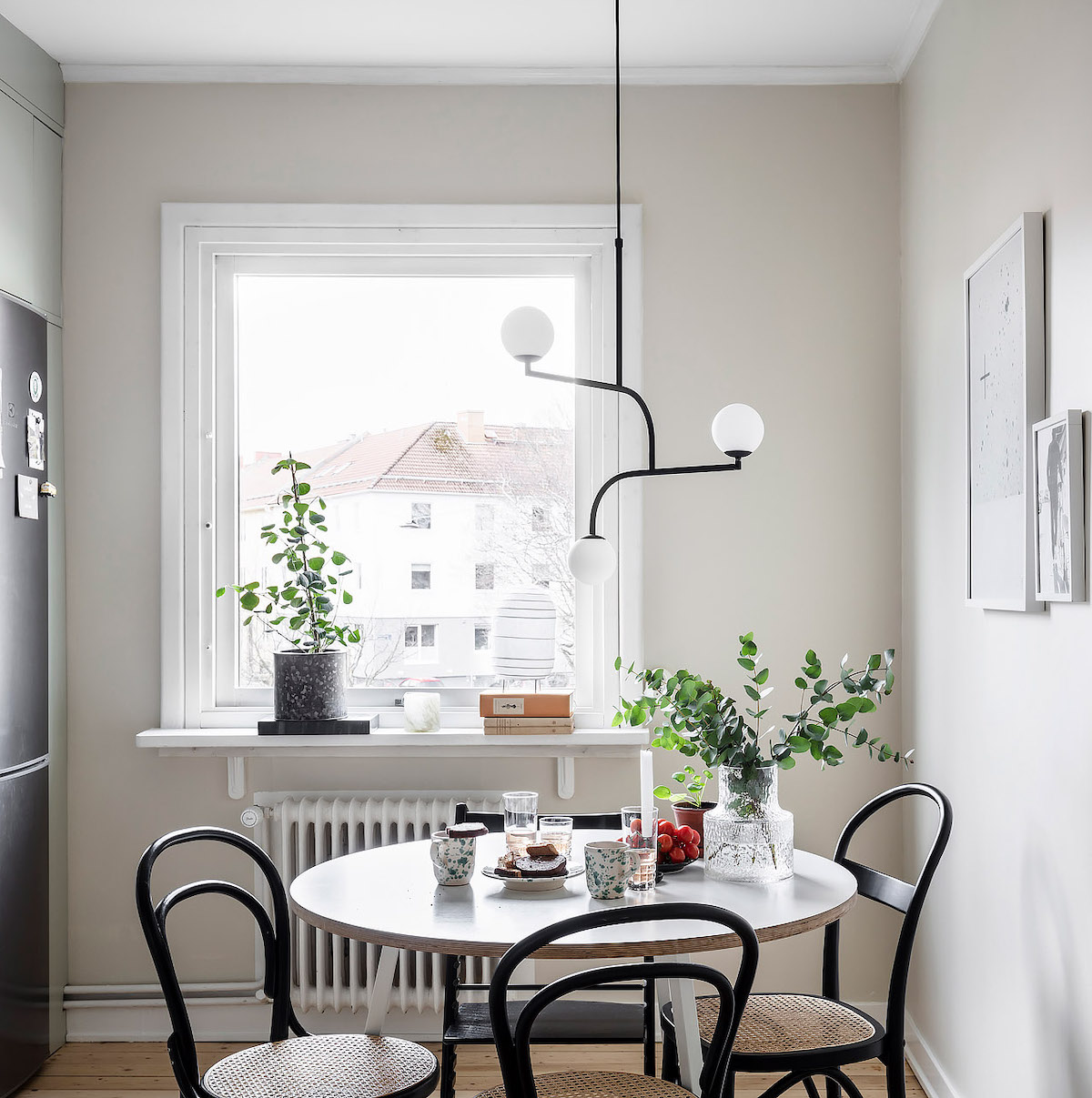 papier peint cuisine table chaise cannage frigo gris fenêtre plante verte - blog déco - clem around the corner