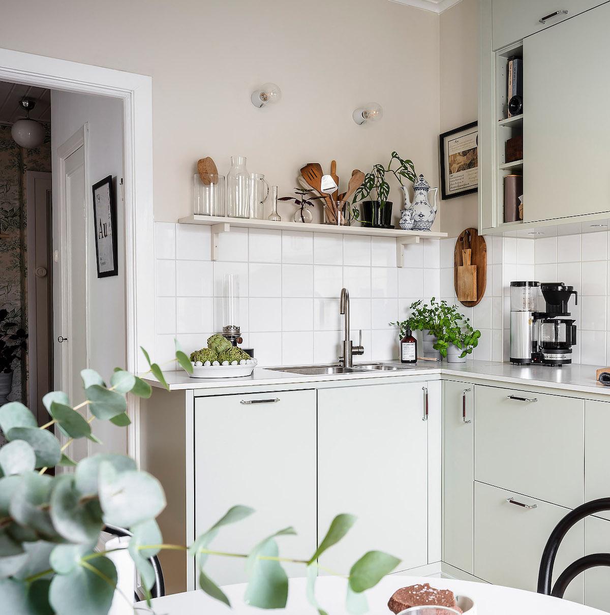 papier peint cuisine meuble vert pastel mur rose pale carrelage blanc bois - blog déco - clem around the-corner