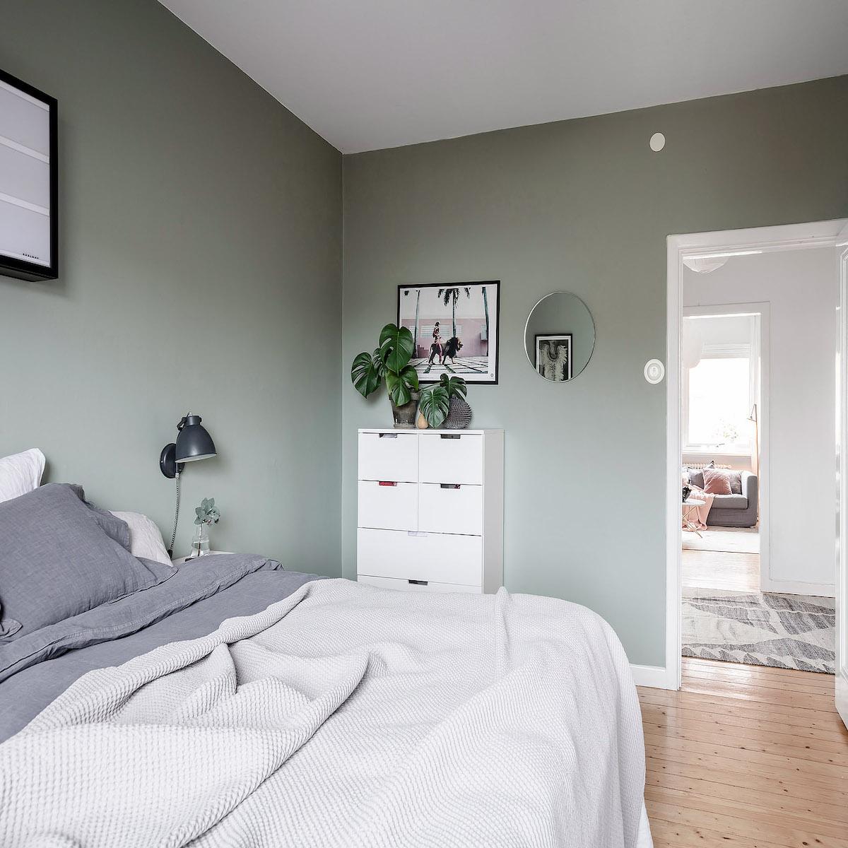papier peint chambre vert gris parquet bois linge blanc tapis - blog déco - clem around the corner