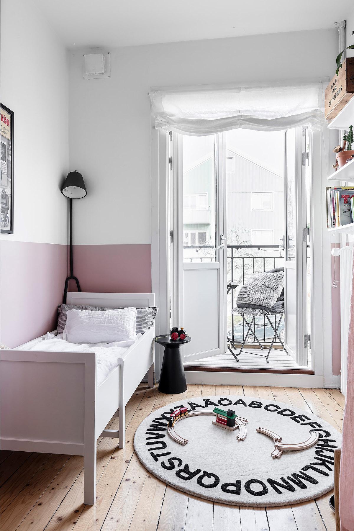 papier peint chambre enfant mur bicolore rose blanc table chevet noire - blog déco - clem around the corner