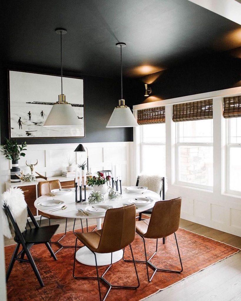 plafond noir salle à manger décoration originale vintage tapis persan - blog déco - clem around the corner