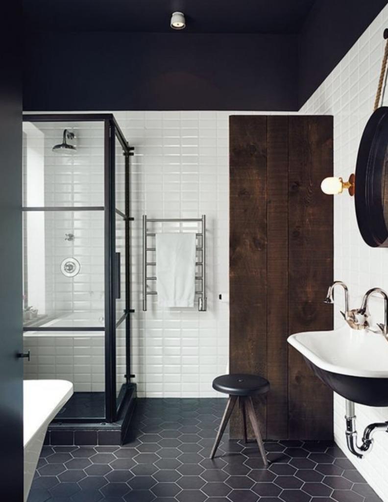salle de bain noire douche italienne verrière carrelage hexagonale mat