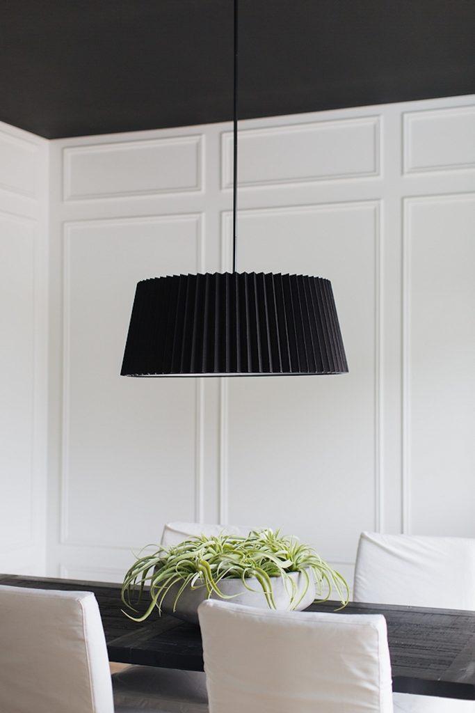 plafond noir lustre salle à manger décoration noir et blanc - blog déco - clem around the corner