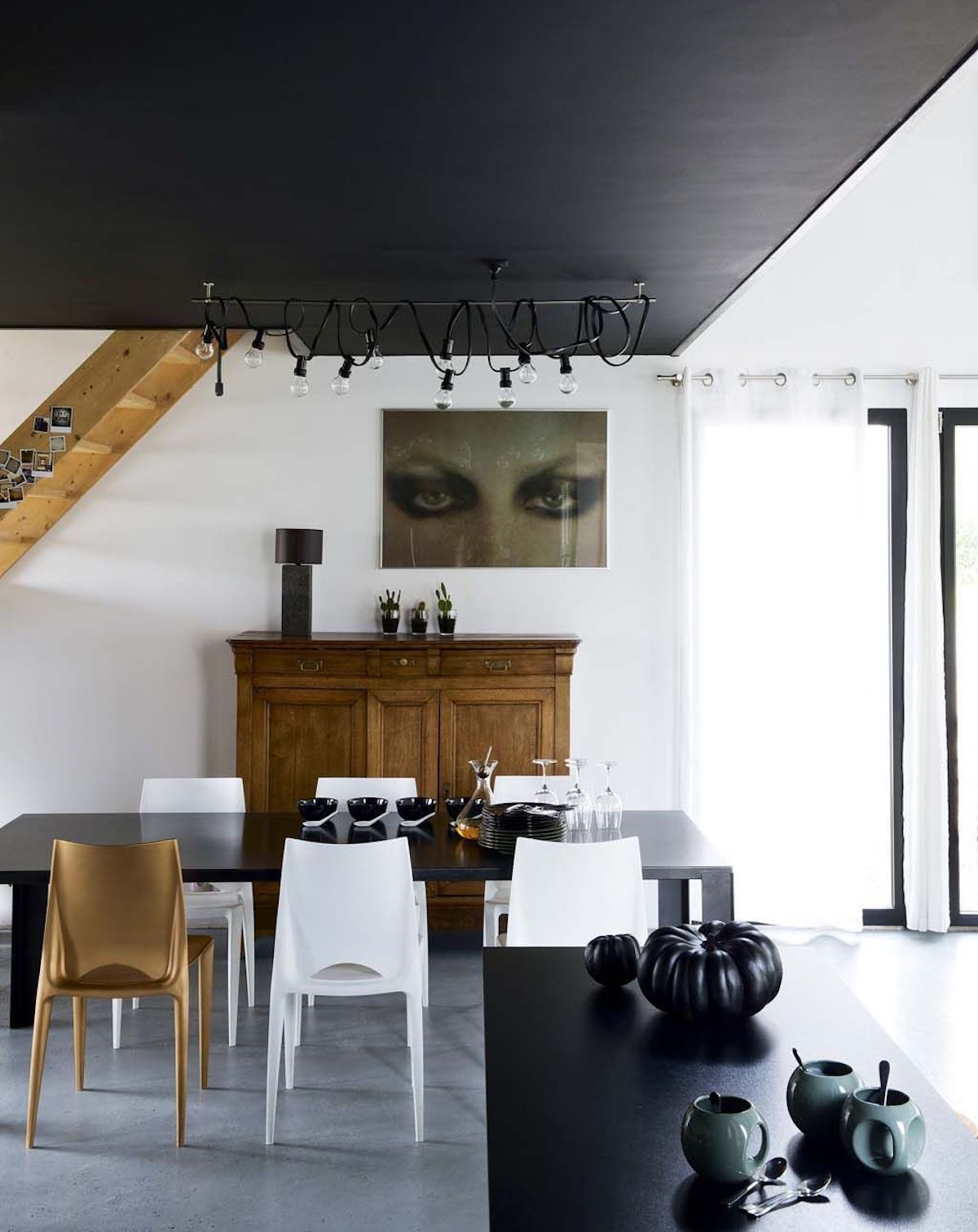 plafond noir idée décoration originale salle à manger sobre chic - blog déco - clem around the corner
