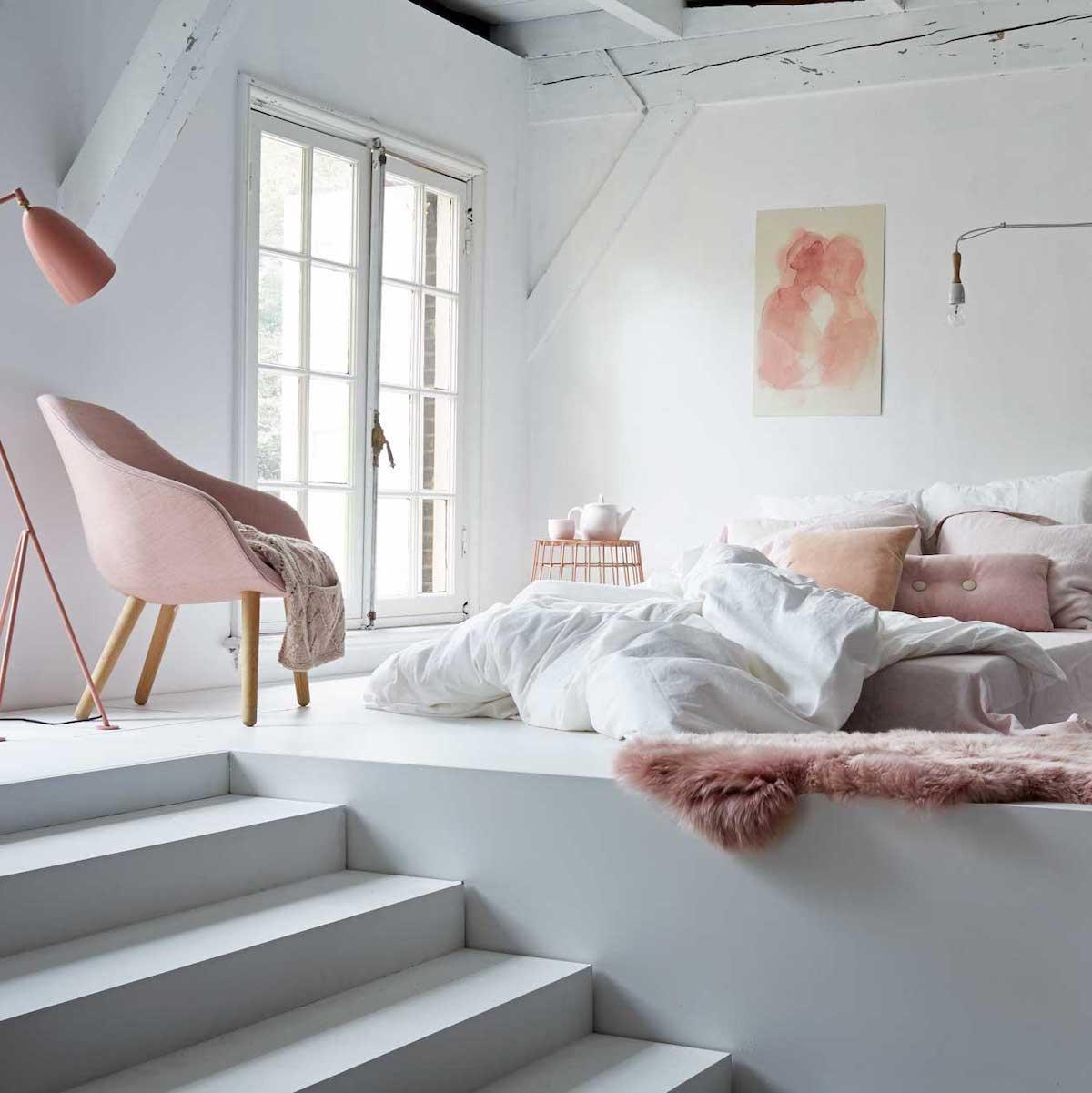rose blush chambre blanche esprit vintage estrade escalier poutre apparente - blog déco - clem around the orner