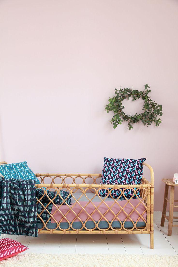 rose blush chambre enfant lit rotin coussin bleu - blog déco - clem around the corner