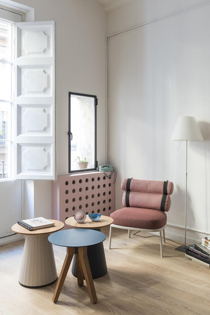 rose blush salon fauteuil vintage coussin rond table basse bois - blog déco - clem around the corner