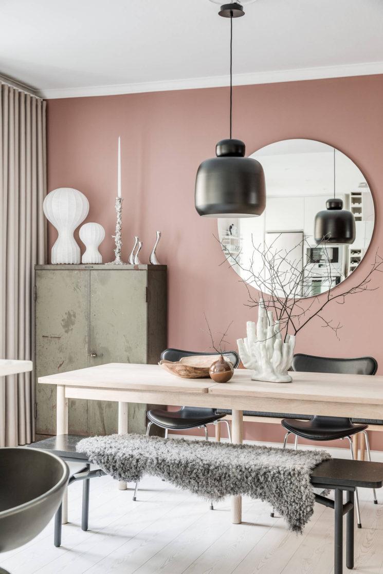 rose blush salon scandi couleurs épurées banc bois noir - blog déco - clem around the corner