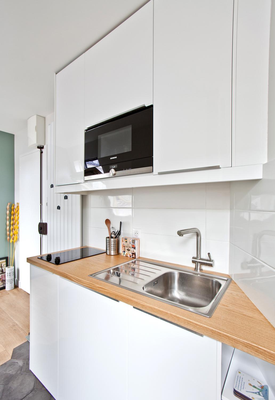 clemaroundthecorner studio étudiant 15m2 cuisine ouverte lumineuse moderne blanche bois fonctionnelle