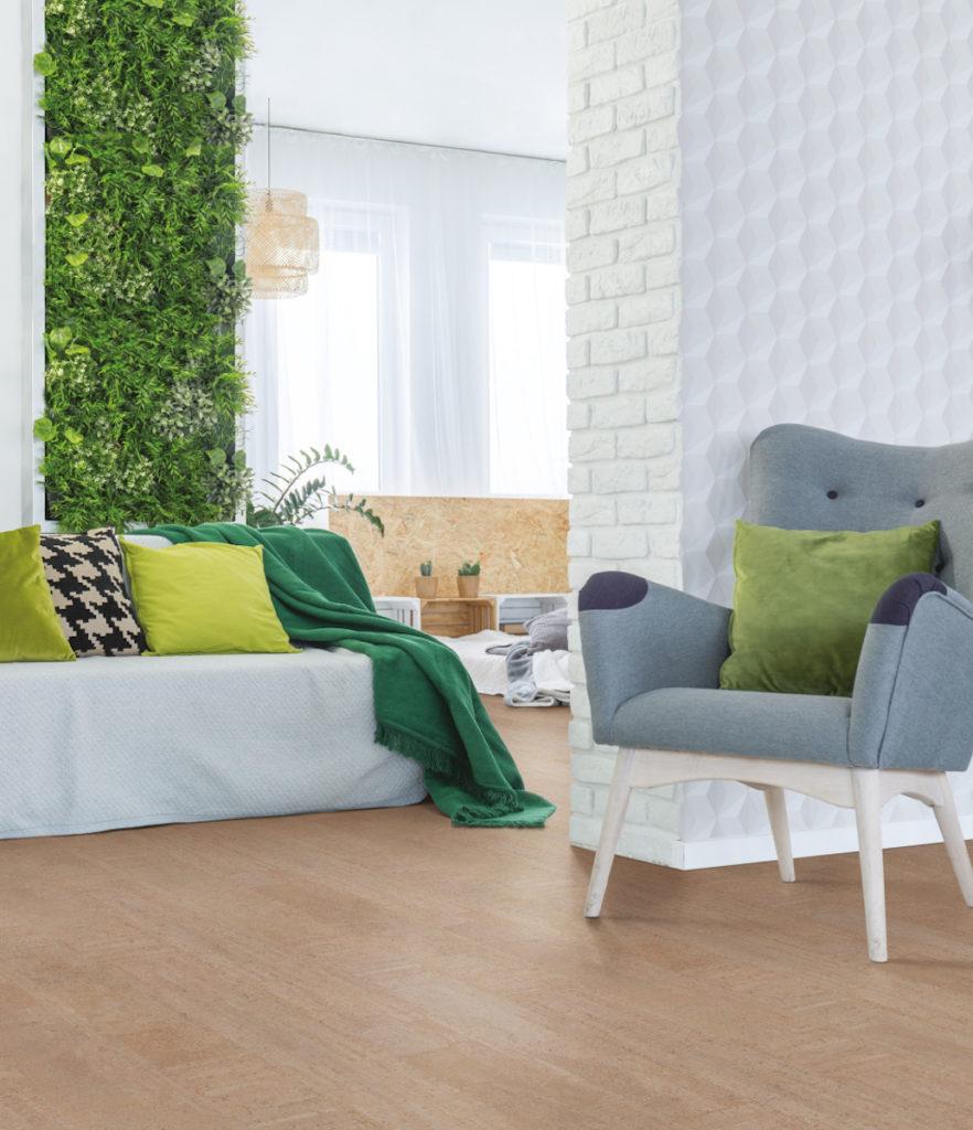 WISE amorim sol revêtement naturel en liège salon tendance canapé fauteuil mur de plantes vertes déco décoration
