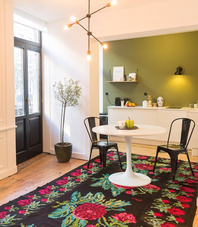 tapis moldave kilim noir rose cuisine moderne fond vert blog déco