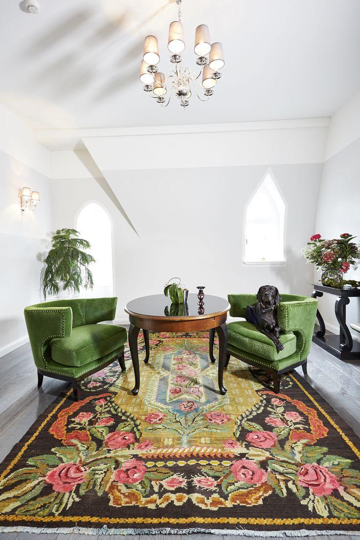 clemaroundthecorner salon fauteuils vert velours tapis marron rétro