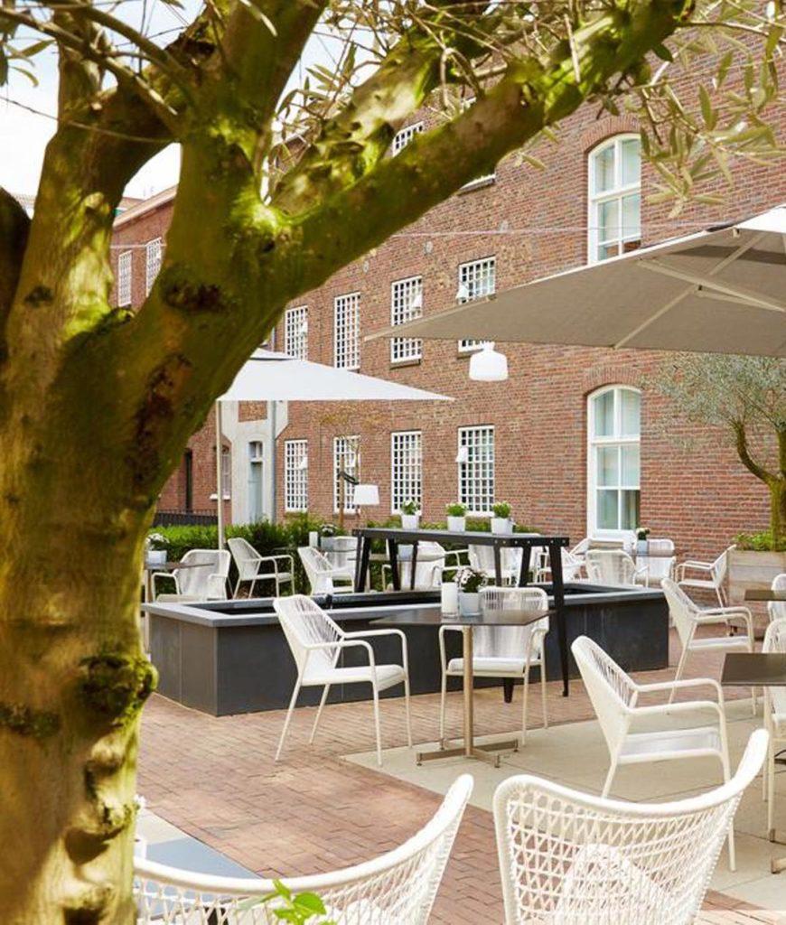 hôtel prison terrasse style méditerranée verdure clemaroundhtecorner