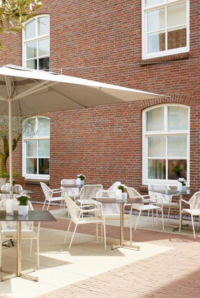 hôtel prison terrasse style méditerranée mur briques rouges clemaroundhtecorner
