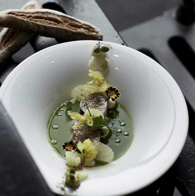 repas restaurant gastronomie hôtel originale pays bas assiette creuse blanche