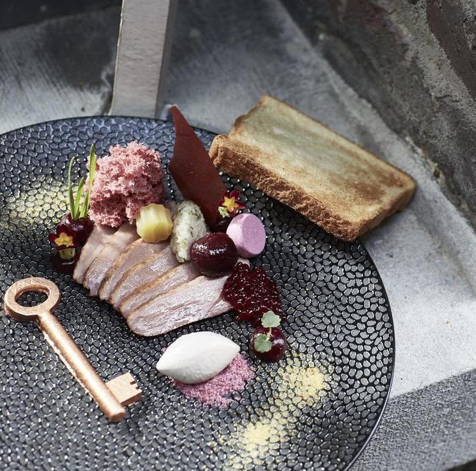 plat gastronomique assiette plate ronde noir imitation pierre