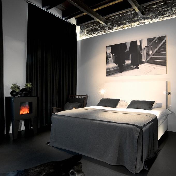 hôtel prison chambre sombre style industriel poutre apparentes clemaroundhtecorner