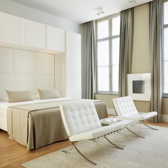 hôtel prison chambre sobre élégante blanche beige clemaroundhtecorner