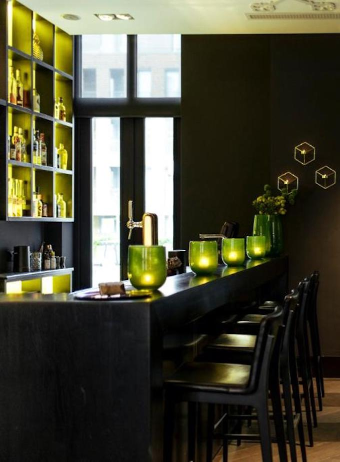 bar moderne style lounge américain vert marron cuir blog déco