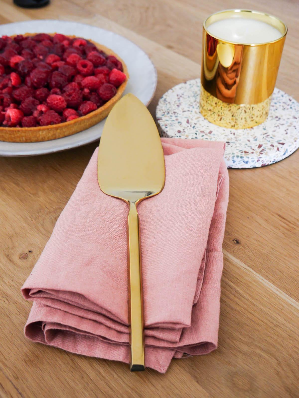 clemaroundthecorner tea time bougie parfumée plat à tarte dorée table bois déco printanière