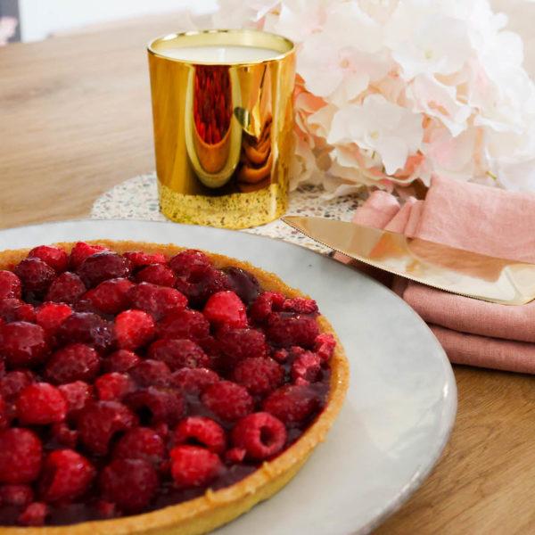 blog déco goûter luxueux bougie parfumée plat à tarte blanc table bois déco chic printanière
