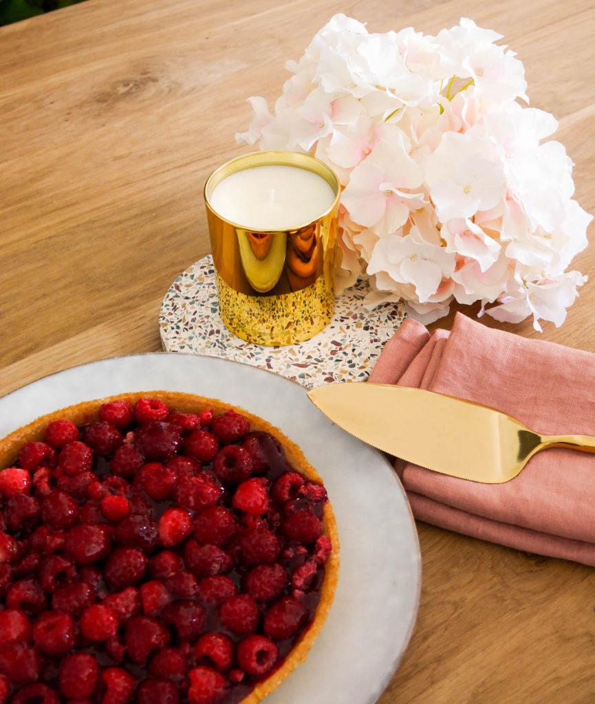 blog déco goûter luxueux bougie parfumée dessous de plat terrazzo ambiance romantique pastel
