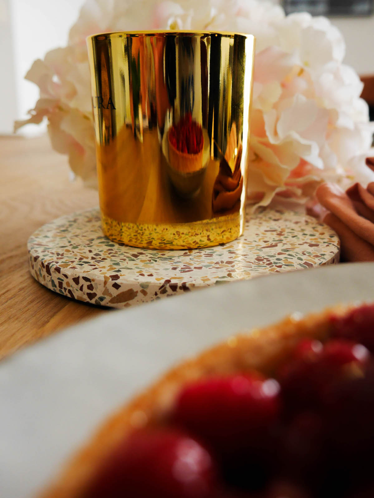 blog déco goûter luxueux bougie dorée chic support rond terrazzo pierre