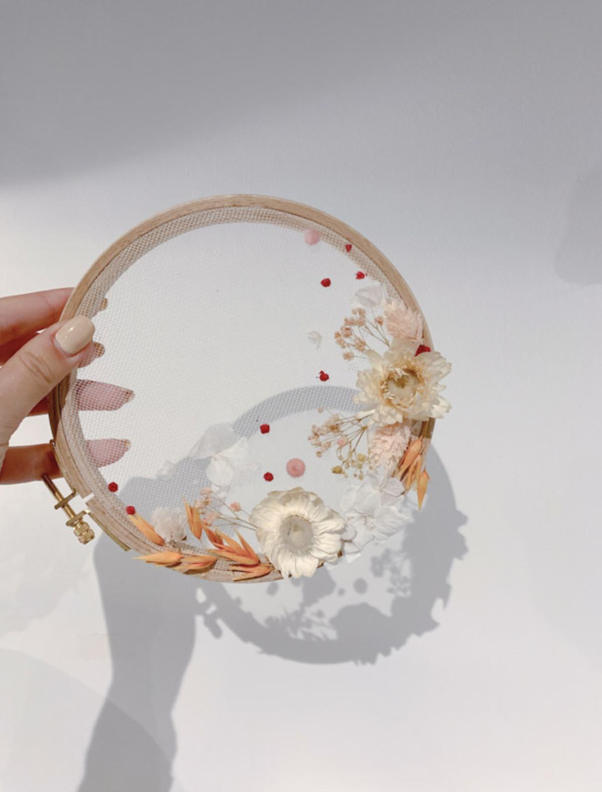 blog déco murale cadre en fleurs séchées blanche beige tambour rond bois