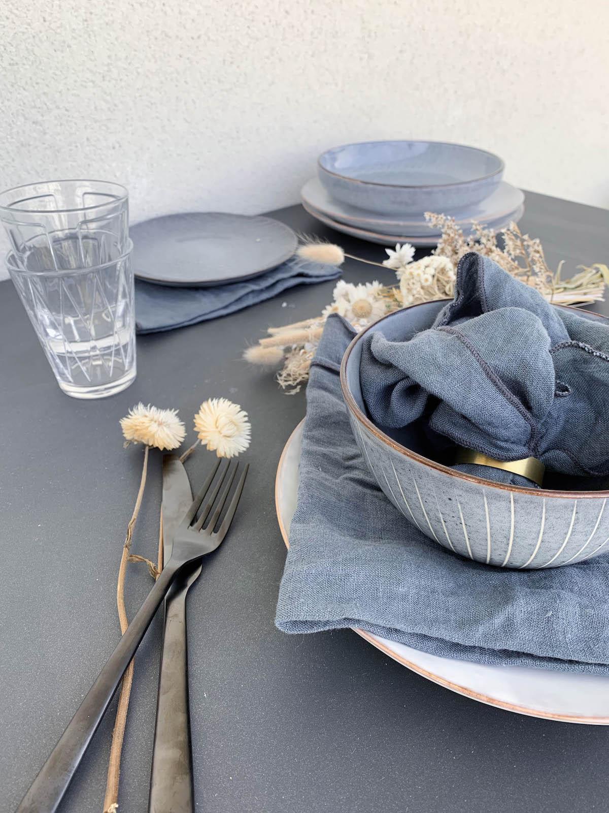 vaisselle scandi bleu tacheté serviette lin bol bleu blanc