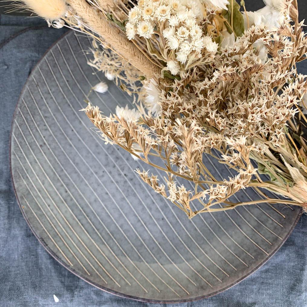assiette bleu rayures blanches rustique nordique déco fleurs séchées