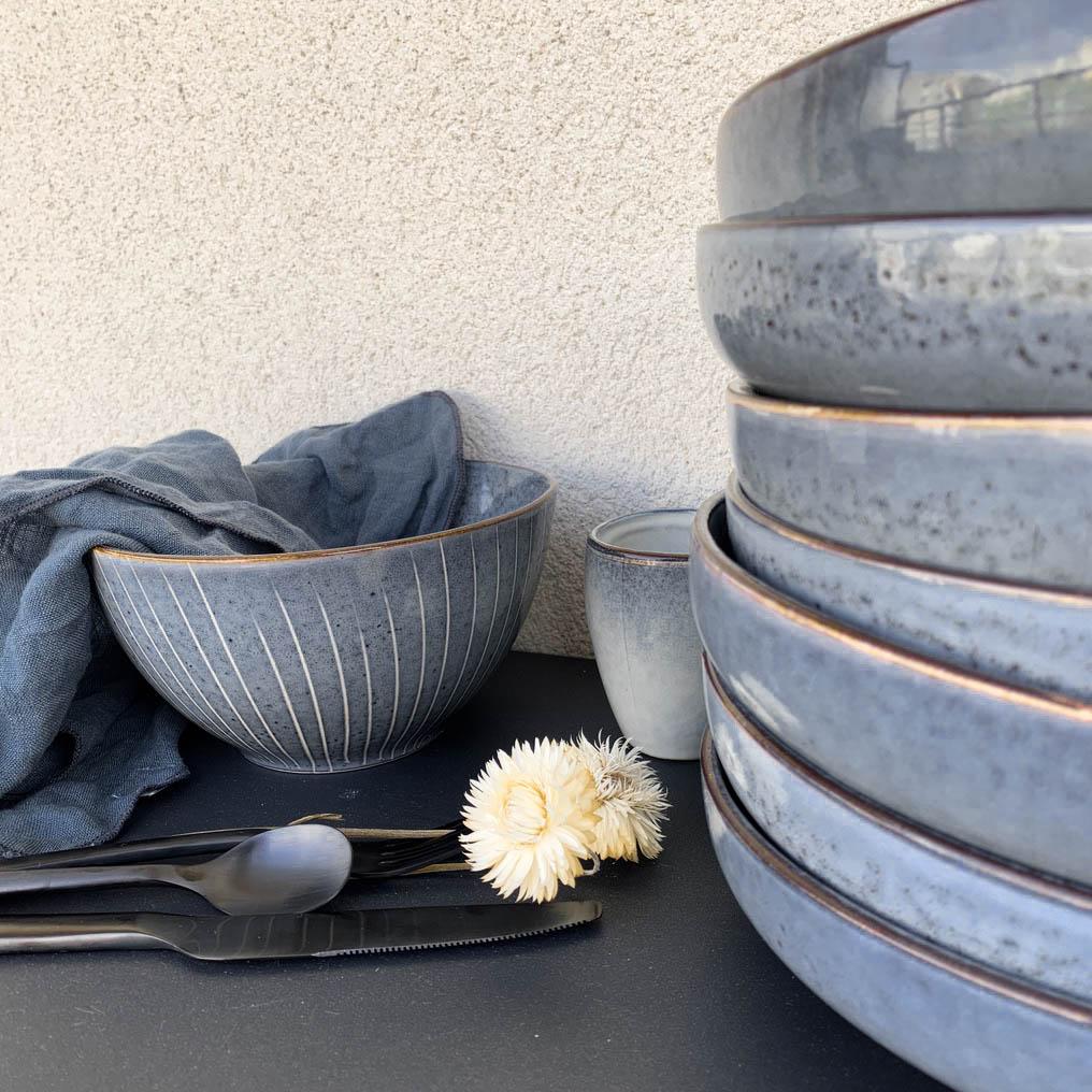 assiette creuse bleu gris couvert moderne noir serviette lin blog déco