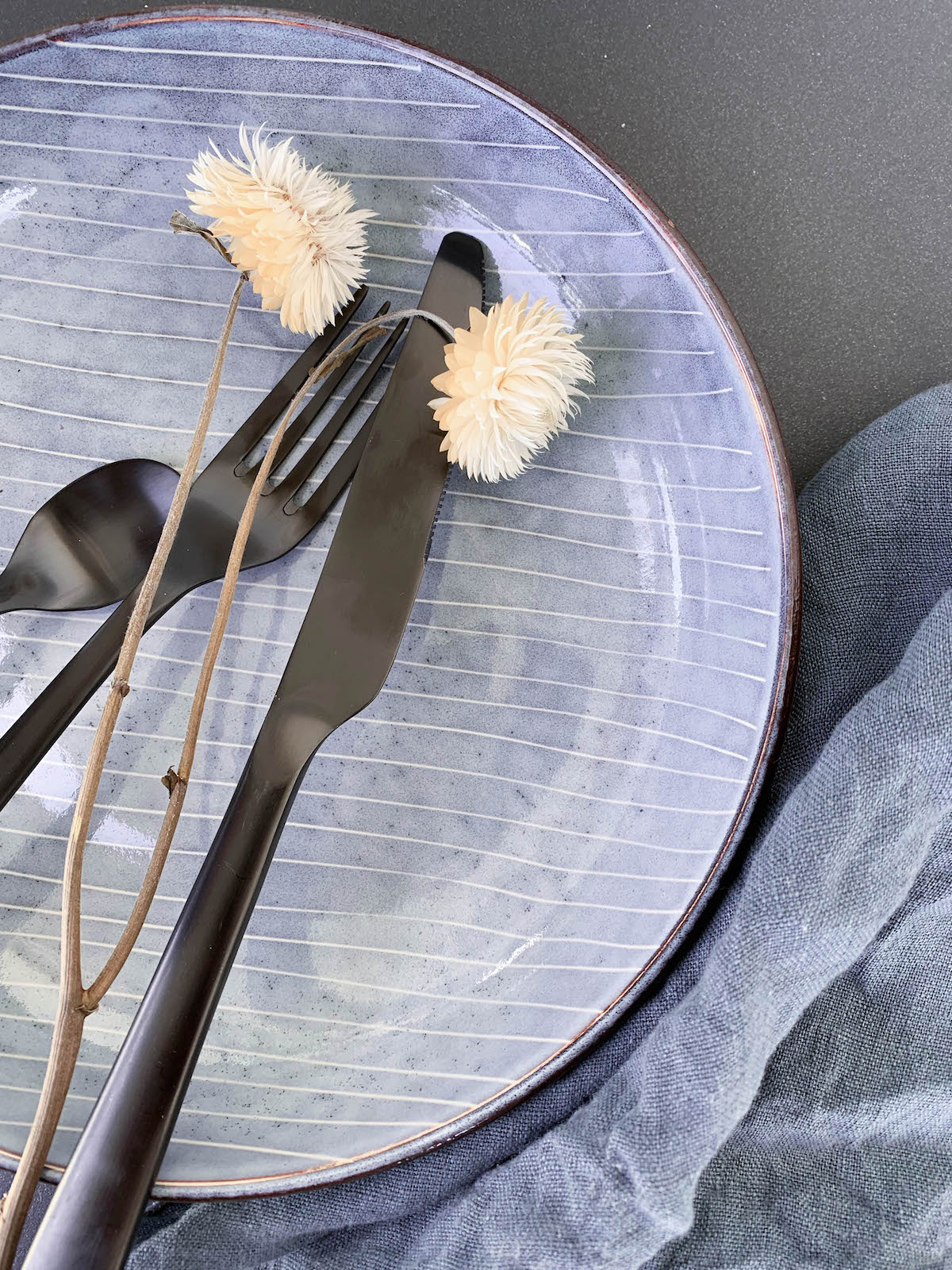 blog déco couvert noir mat fleurs assiette plate ronde scandi