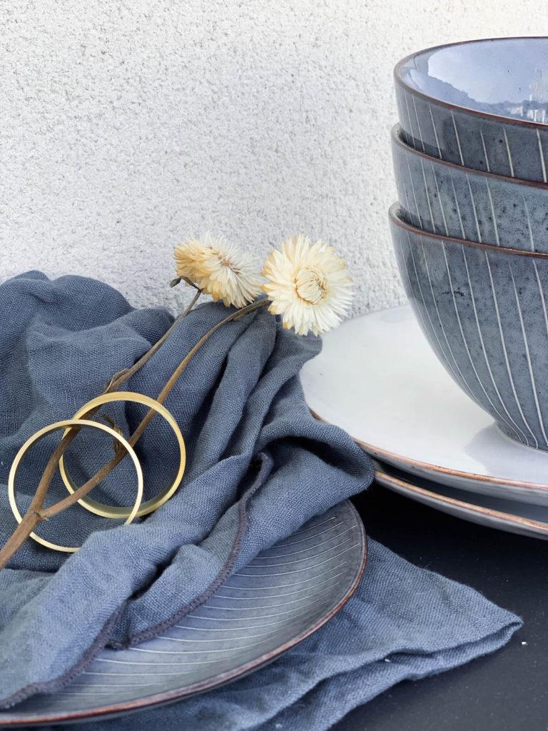 clemaroundthecorner assiette bol bleu blanc rond serviette doré