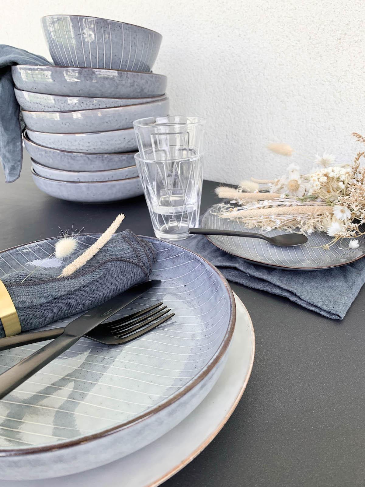 assiette blanche vaisselle scandinave serviette bleu fleurs séchées