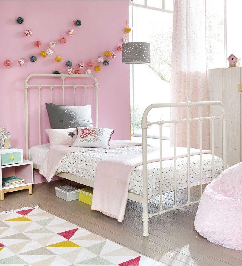 clemaroundthecorner chambre enfant rose lit blanc vintage guirlande boule