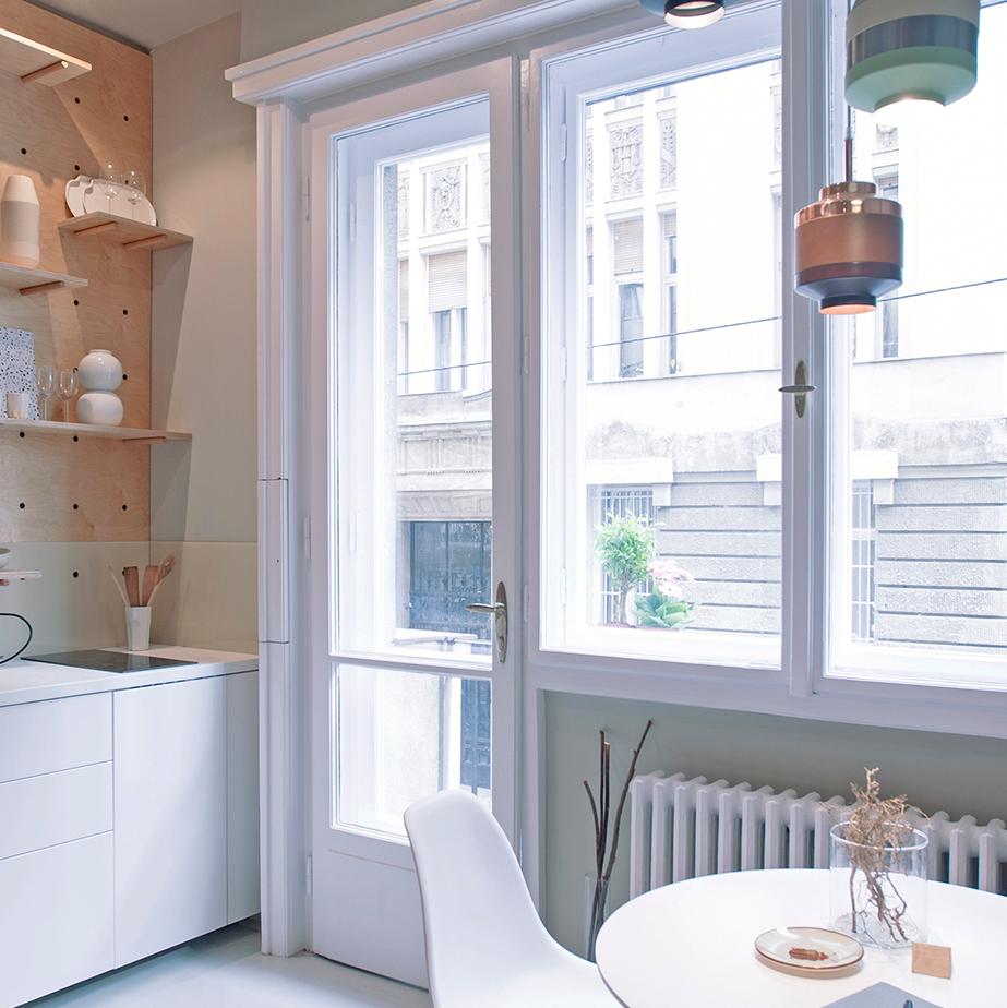 studio 30m2 budapest cuisine mur bois plan de travail blanc déco sobre chaleureuse