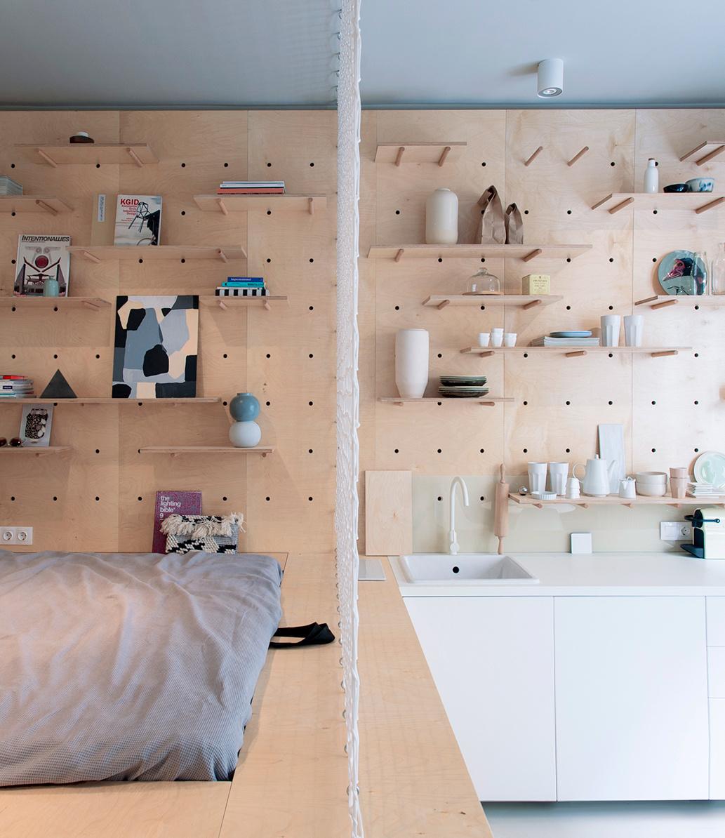 studio 30m2 budapest chambre cuisine mur rangement contreplaque déco poudrée