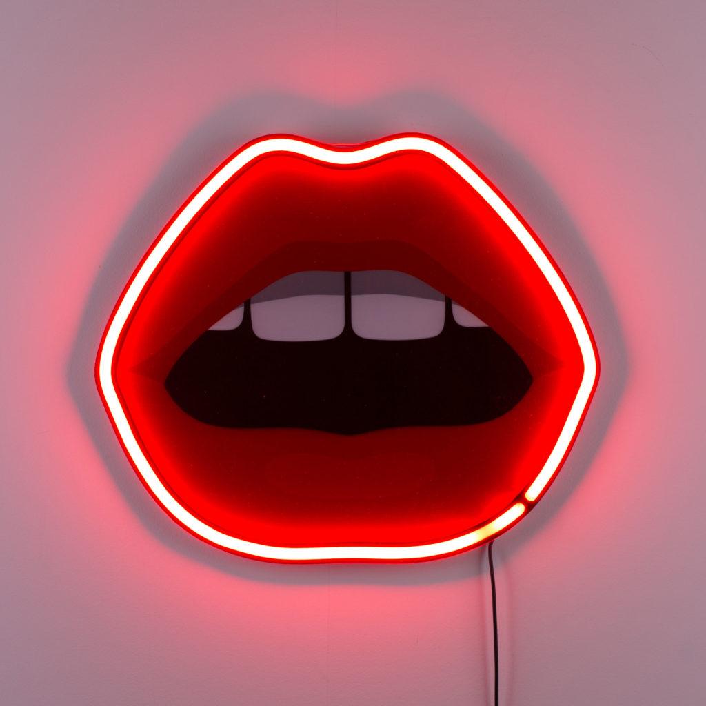 on adopte la déco féministe dans son intérieur applique en forme de bouche avec prise néon - blog déco - clemaroundthecorner