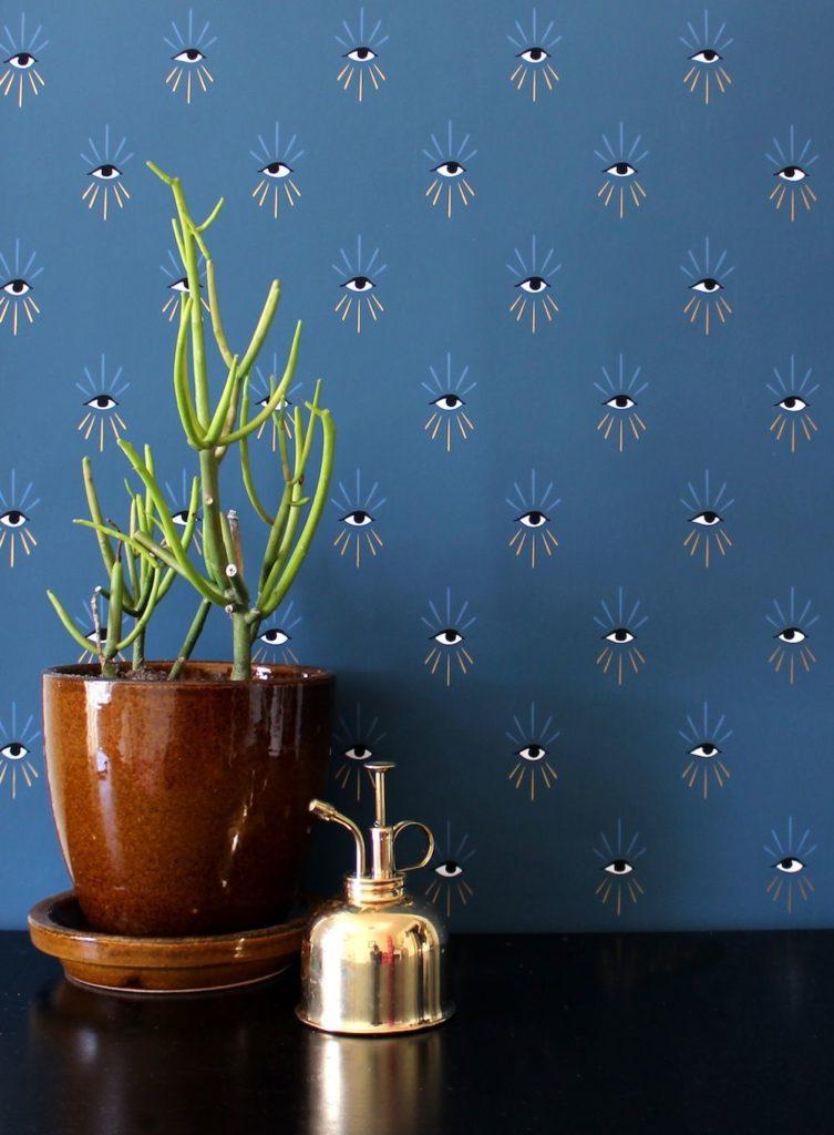 papier peint bleu foncé mur salon chambre lampadaire bois blog décoration intérieure