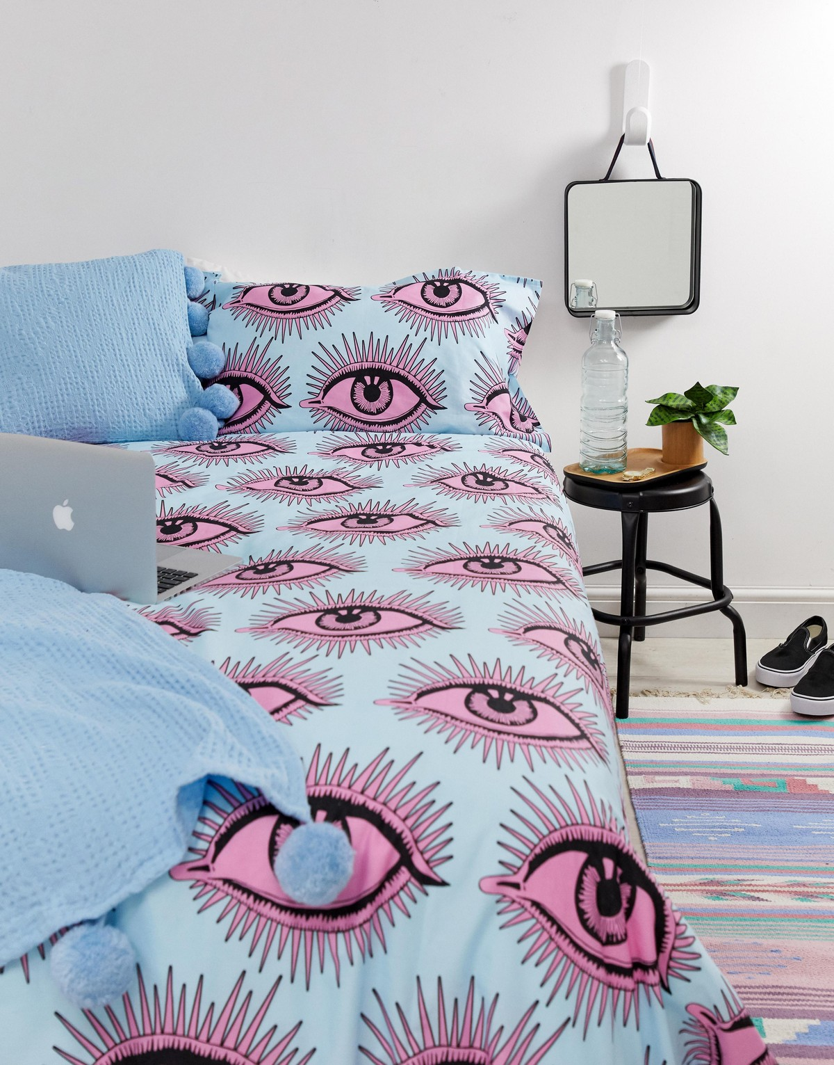 couette bleu rose chambre tabouret métal noir blog décoration intérieure