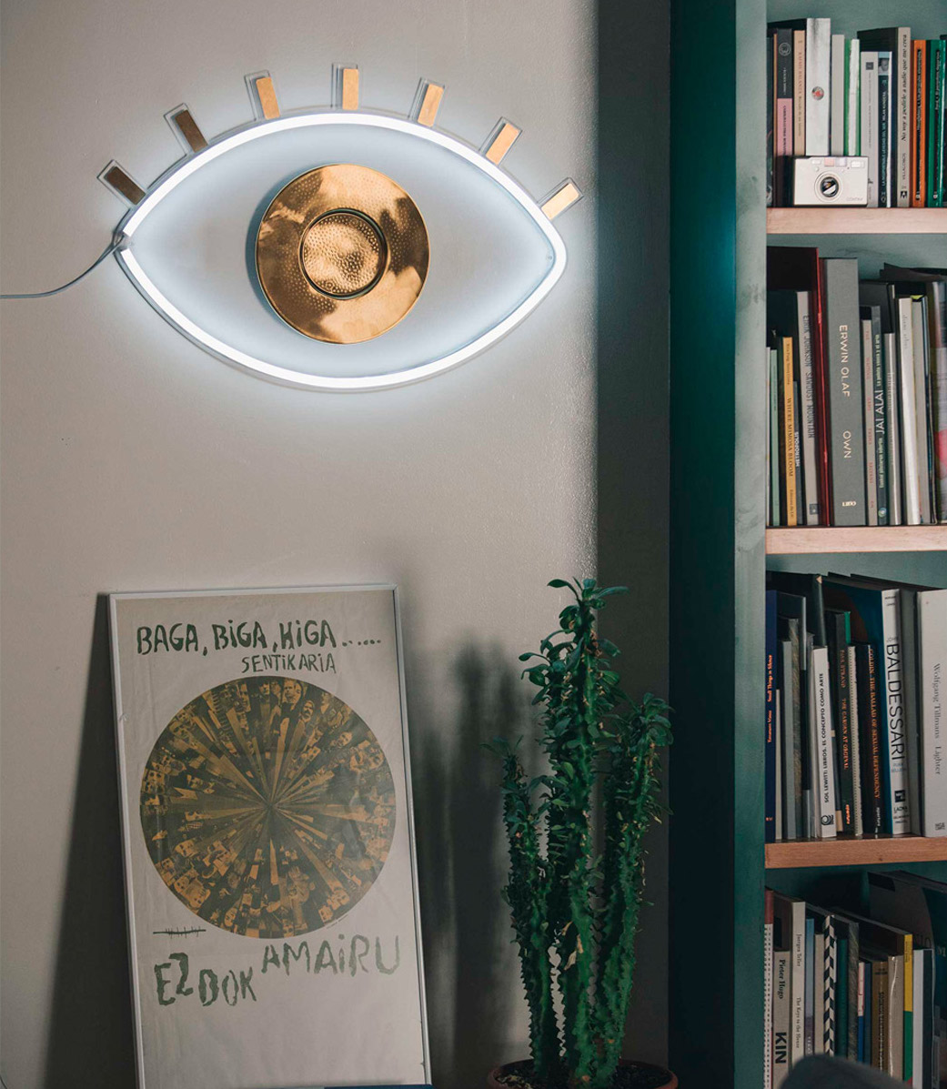 clemaroundthecorner salon tendance moderne lampe murale néon blanc laiton