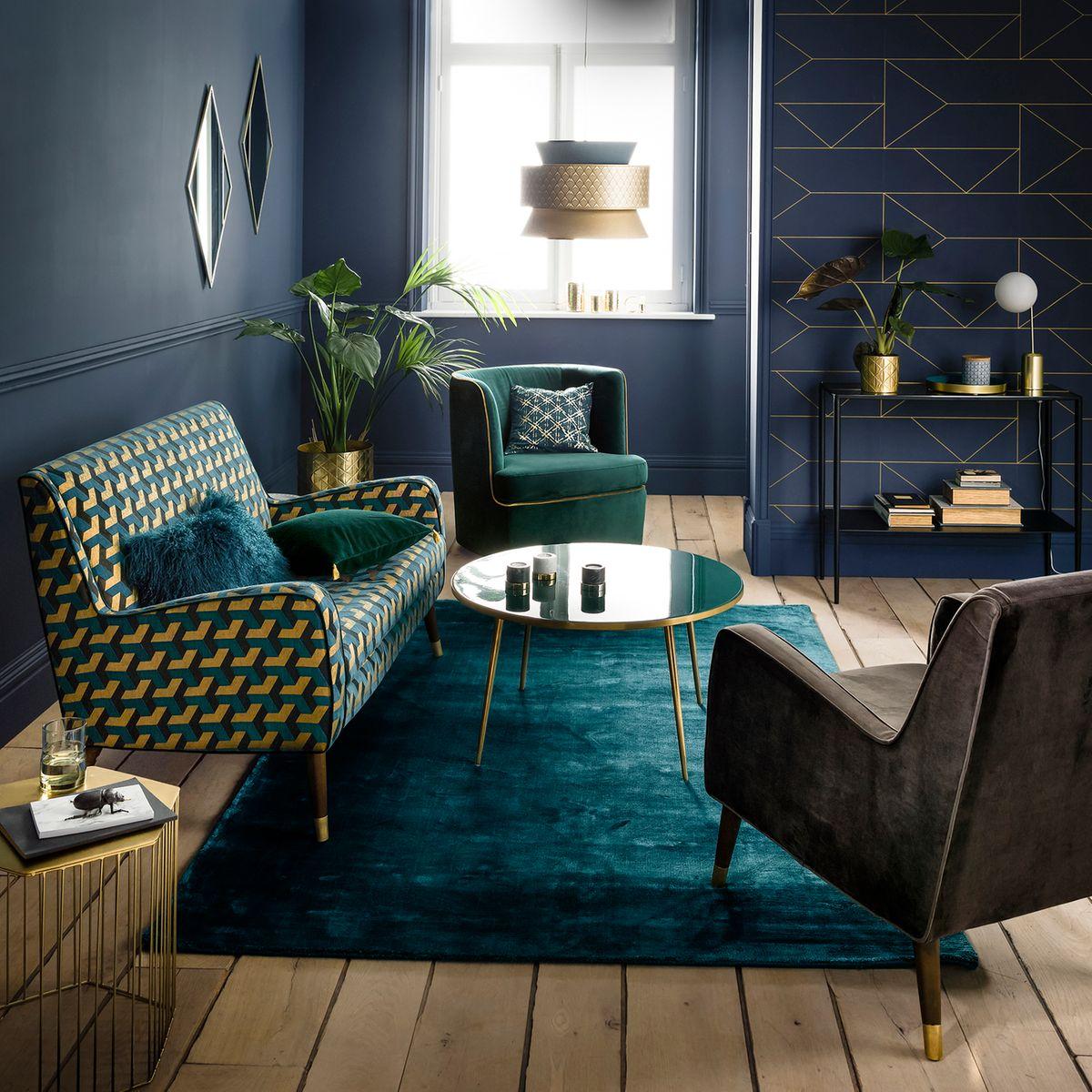 déco été vintage brazil salon feutré mur bleu foncé motifs géométriques dorés intérieur sobre élégant