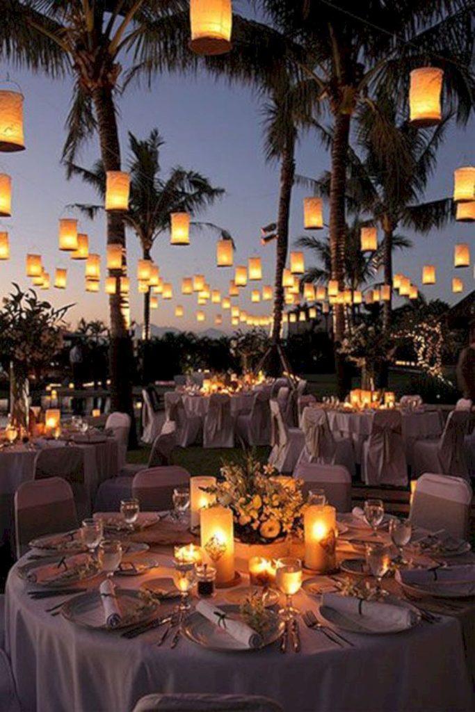 table ronde lanterne suspendues réception extérieure