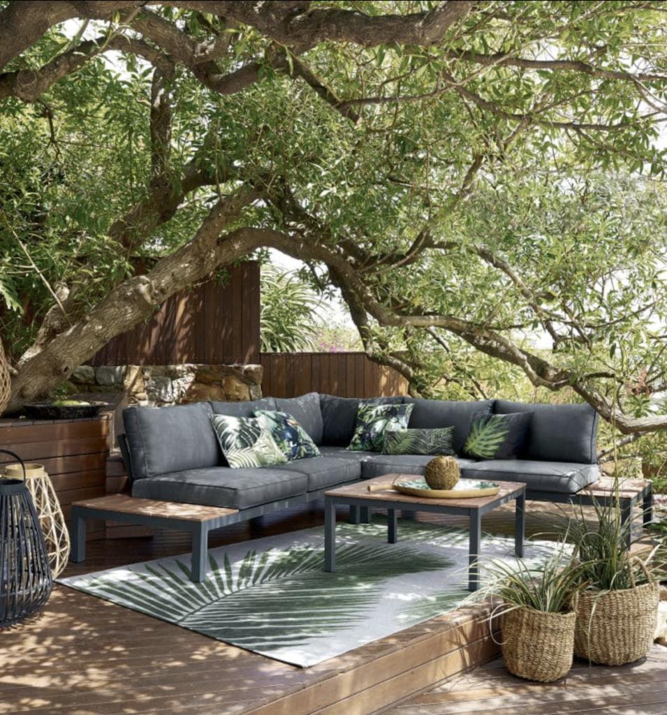 où trouver un tapis d extérieur pas cher style jungle feuillage palmier terrasse bois table basse panier déco décoration clematc