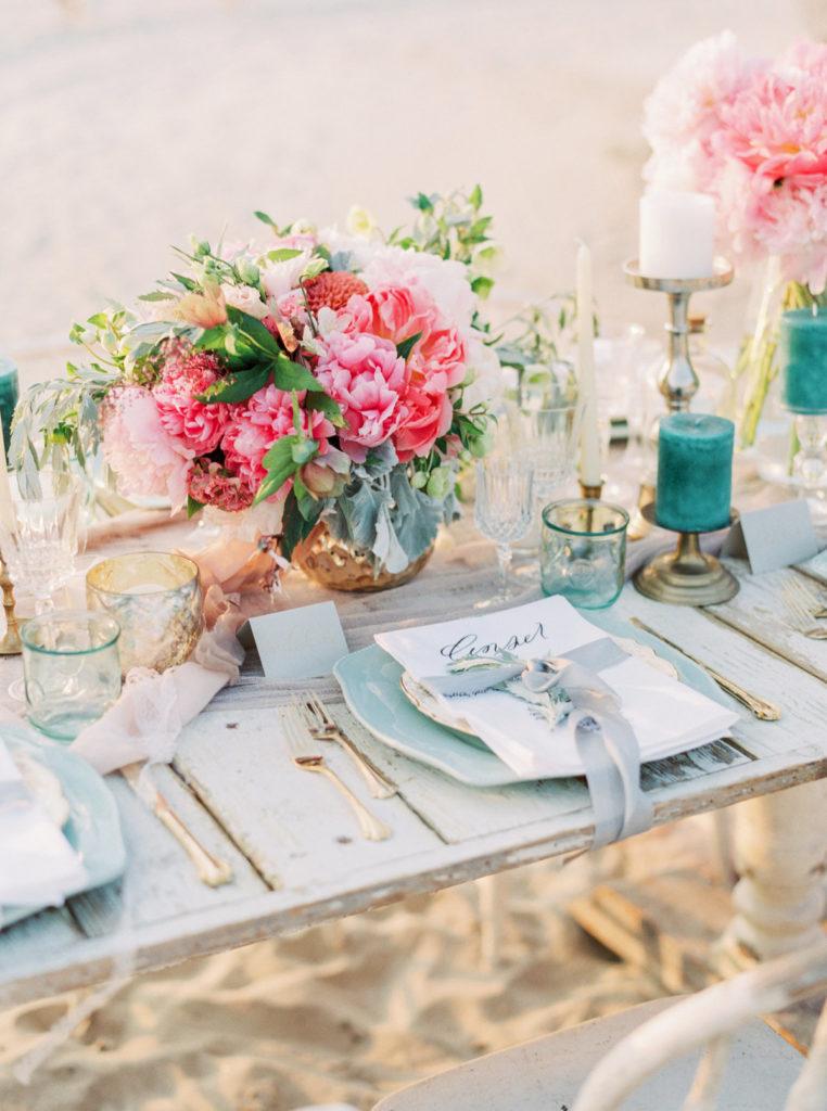 clemaroundthecorner inspiration déco table bois blanc bouquet fleurs mariage plage