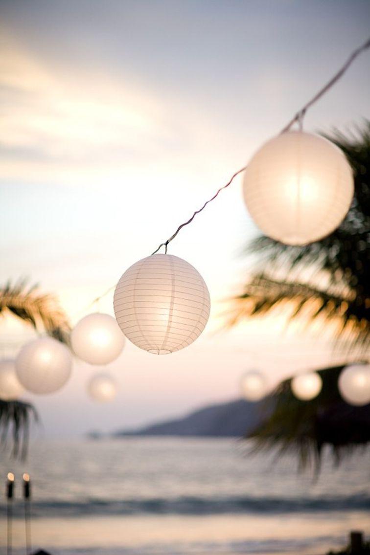 mariage sur la plage déco luminaire rond papier blanc suspendus déco exotique palmier